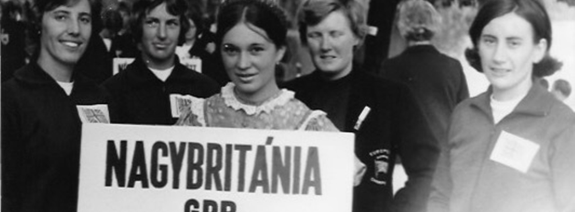 women with sign Nagybritania GB