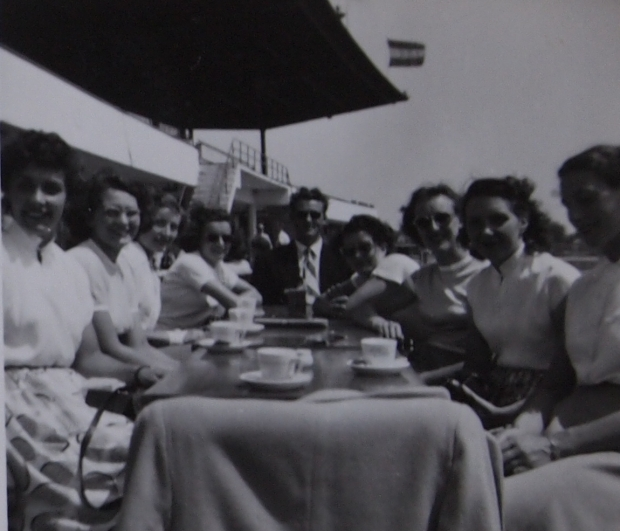 GB women having tea at the Bosbaan in 1952