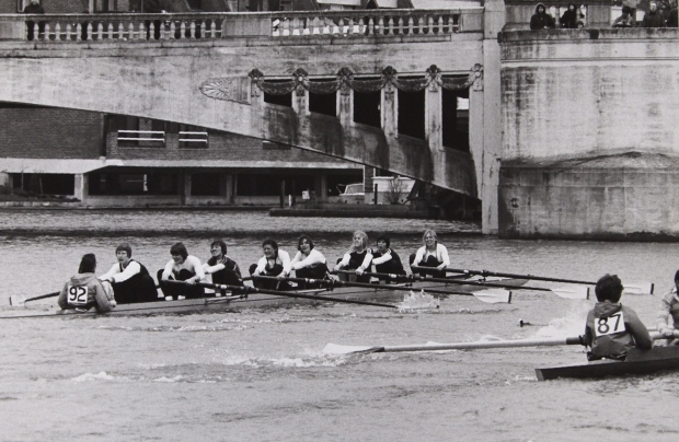Women's squad eight approaching Caversham Bridge during Reading Head