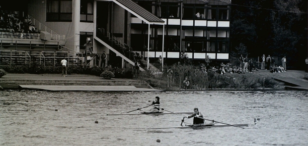 2 women scullers racing