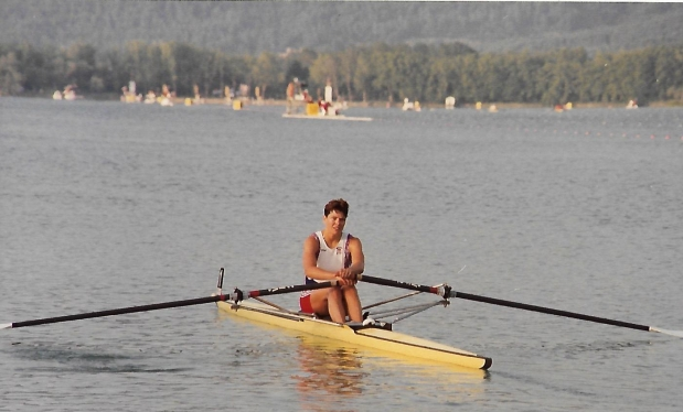 woman sculler in yellow Empacher