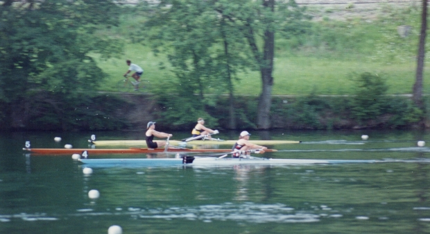 three women single scullers